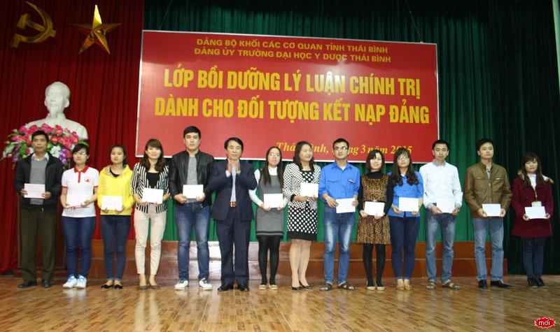 Đồng chí Phạm Văn Huấn – Bí thư Đảng ủy Khối các cơ quan Tỉnh đã trao Giấy chứng nhận Lớp bồi dưỡng lý luận chính trị cho các học viên xuất sắc tiêu biểu