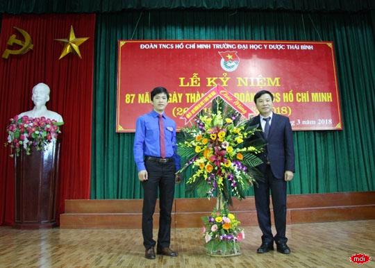 PGS.TS Nguyễn Duy Cường - Phó Bí thư Đảng ủy, Phó Hiệu trưởng tặng hoa chúc mừng