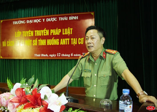 Thượng tá Phạm Thanh Sơn - Phó trưởng Phòng PV28, CA tỉnh Thái Bình tuyên truyền các nội dung tại lớp học